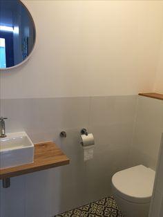 Sfeervol moderne toilet met speelse cement gebonden tegels op de vloer wc pinterest toilet - Deco toilet grijs ...