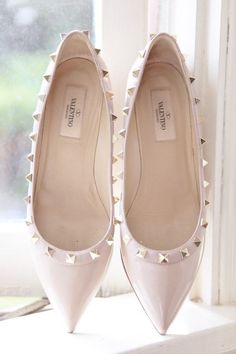 Bridal flat wedding shoes are the trending wedding shoes for bride lately. The idea of wearing flat wedding shoes rather than heels on the wedding is really appealing nowadays. That is why this bridal flat wedding shoes get known more publicly. Shoe Boots, Shoes Heels, Pumps, Flat Shoes, Nude Flats, Pointy Flats, Prom Heels, Bow Shoes, Strappy Sandals