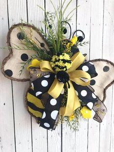 Captivating Summer Decoration Ideas That Trendy Now Wreath Crafts, Diy Wreath, Burlap Wreath, Wreath Ideas, Sunflower Wreaths, Bee Crafts, Deco Mesh Wreaths, Door Wreaths, Summer Wreath