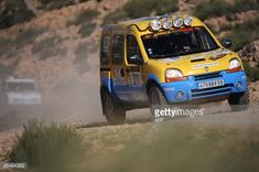 95494382-algerian-mohamed-asloun-drives-his-renault-gettyimages.jpg 594×395ピクセル