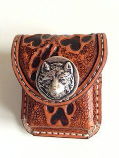 Porte briquet zippo cuir déco métal loup et empreintes sculptées (carving) : Etuis, mini sacs par lakota-cuir