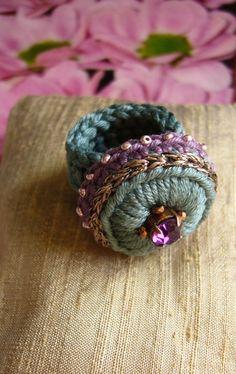 Diy Crochet Jewelry, Crochet Rings, Love Crochet, Crochet Accessories, Knit Crochet, Crochet Bookmark Pattern, Crochet Bookmarks, Textile Jewelry, Fabric Jewelry