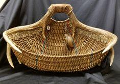 Full rack to hearth or magazine basket Big Basket, Wood Basket, Weaving Art, Hand Weaving, Basket Weaving Patterns, Decorative Gourds, Antler Art, Pine Needle Baskets, Willow Weaving