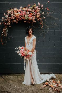 We Cannot Get Over This Edgy Bride's Dusty Pink Wildflower Backdrop #floralinstallations #weddingceremonybackdrop #edgybridalstyle