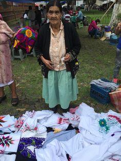 Juanita una indígena Purepecha, artesana de Profesión que borda sus blusas para ofrecerla en Michoacan.