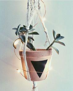 Suporte de barbante com vaso de barro pintado e string lights