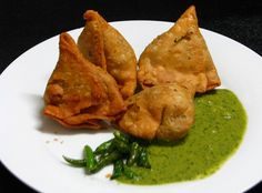 The Indian style vegetable samosa are great snacks and they become even more delicious when cool mint chutney slathered on the top of samosas. You can use the leftover mashed potatoes in this samosas as well. Delicious Vegan Recipes, Vegetarian Recipes, Snack Recipes, Cooking Recipes, Dishes Recipes, Cooking Ideas, Pakistani Dishes, Indian Dishes, Pakistani Recipes