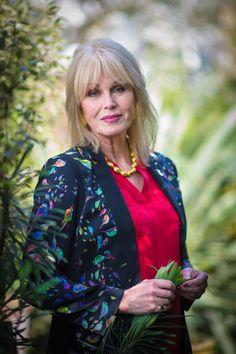 joanna lumley avengers Avengers Girl, New Avengers, Sexy Older Women, Old Women, Joanna Lumley Young, Absolutely Fabulous, Young Models, Your Turn, Famous Women