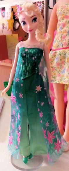 When I saw the Mattel official photos of 'Frozen Fever' Elsa, I wondered if she looked that good, really. The first issue Elsas looked kinda goofy. Couldn't find a photo of her out of box then, so here's one. She's gorgeous, and well worth the $15. on Amazon.com, in my opinion.