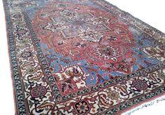 Een mooi vintage tapijt met prachtige kleurstelling. Hoofdkleuren blauw en roze. Handgeknoopt en van wol. Mooie kleuren en prachtige motieven.