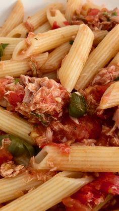 Tonijnpasta met gebakken kappertjes is een Siciliaans pastagerecht. Bij dit warme zomerweer zijn eenvoudige Mediterrane gerechten een zeer goed alternatief. In Sicilië zijn lange warme periodes dan ook geen uitzondering. #pasta #tonijn #kappertjes