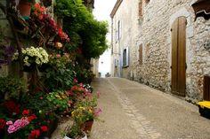 Straatje met bloemen in Pojols, een dorp aan de Lot Alleyway, Garden