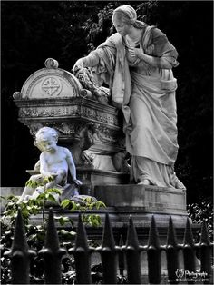 Statuary at Alter Friedhof in Darmstadt, Hesse, Germany Cemetery Monuments, Cemetery Statues, Cemetery Art, Old Cemeteries, Graveyards, Gardens Of Stone, Cemetery Angels, Effigy, Sculpture Art