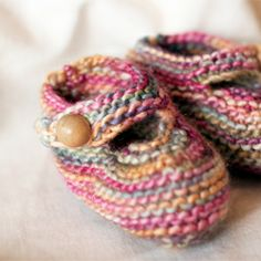 Knitting pattern for baby booties! Love Knitting, Knitting For Kids, Baby Knitting Patterns, Knitting Socks, Baby Patterns, Knitting Projects, Crochet Slippers, Knit Or Crochet, Crochet Baby