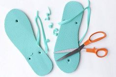Cotton yarn and a flip flop sole make this free crochet slippers pattern perfect… Easy Crochet Slippers, Crochet Slipper Pattern, Crochet Sandals, Crochet Boots, Diy Crochet, Crochet Crafts, Crochet Clothes, Crochet Patterns, Tongs Crochet