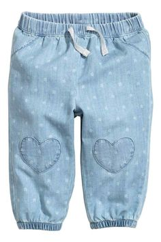 Pull-on jeans: Pull-on jeans in soft, washed, patterned denim with an elasticated drawstring waist, fake pockets at the front, heart-shaped appliqués on the knees and elasticated hems Baby Girl Jeans, Baby Girl Leggings, Baby Pants, Girls Pants, Preppy Summer Outfits, Cute Outfits For Kids, Boy Outfits, Light Denim, Baby News