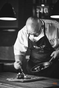 #Szef #kuchni przy pracy, za chwilę stek będzie gotowy do spożycia.