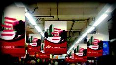 Banners tijdens beurs aan industrieel plafond