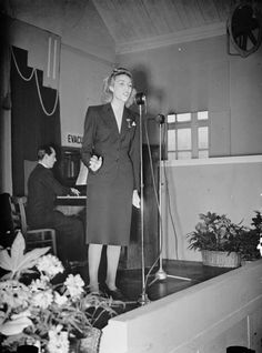 Singer Vera Lynn was the 'Forces Sweetheart' of the Second World War. Her performances were immensely popular with troops and she toured several overseas theatres. A Thousand Years, Simple Twist Of Fate, Vera Lynn, White Cliffs Of Dover, British Home, The Blitz, History Online, British Soldier, Battle Of Britain