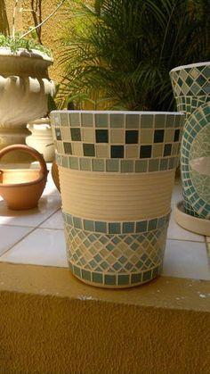 Vaso de cerâmica artística original do interior de São Paulo de barro espesso… Mosaic Planters, Mosaic Flower Pots, Ceramic Flower Pots, Mosaic Garden, Tile Crafts, Mosaic Crafts, Mosaic Projects, Mosaic Diy, Mosaic Glass