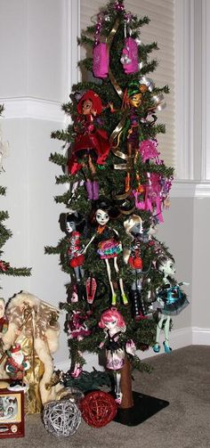 #pinned - this was awesome - Terri's Monster High themed tree, shared in #dollchat ^kv