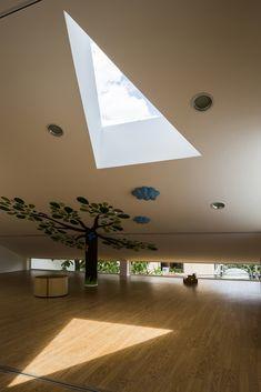Chuon Chuon Kim Kindergarten,© Hiroyuki Oki, classroom, sloped ceiling, tree column, wood floors, triangular skylight