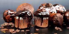 Przepis na podwójnie czekoladowe babeczki bezglutenowe powstał w niedzielę rano, gdy widziałam jak nasze dzieci są na głodzie słodyczowym i niczym detektywi przeszukują wszystkie szafy w kuchni. Ze skrytki wydobyłam deserowe wiórki czekoladowe i uruchomiłam mikser. Pół godziny później zostałam królową słodyczy :) - moje podwójnie czekoladowe muffiny bezglutenowe podbiły serca Zosi,