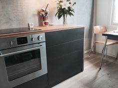STUDIO10 Valchromat grey, bambus benkeplate og betongvegg. Vakkert! #valchromat #ikea #ikeafronter #bambus #betong #kjøkken #kitchen
