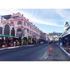 Las calles céntricas de #Ensenada están llenas de historias, de recuerdos, de buenos momentos, con diversos lugares para recorrer con tu familia y comprar un recuerdo de la ciudad, comer en sus restaurantes y tomarte la fotografía del recuerdo en los diferentes puntos turísticos!  Aventura por ourjourneyishome_
