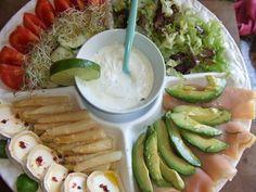 . Ensalada de salmón con aguacate, brotes de alfalfa y salsa de yogur .