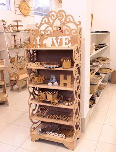 Linda estante provençal recheada de itens para decoração de festas ou do lar. #mdf #provençal #diy #cortealaser. www.runnalaser.com.br