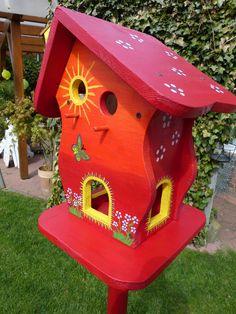 I am in ❤️with this beautiful bird house! Bird House Feeder, Bird Feeders, Birdhouse Designs, Birdhouse Ideas, Bird House Plans, Bird Houses Painted, Bird Boxes, Cute Birds, Fairy Houses