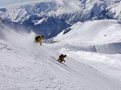 Wintersport naar Alpe d'Huez! Voor beginnende en gevorderde wintersporter is Alpe d'Huez zeer geschikt. Dit komt omdat het gebied een grote variatie aan pistes heeft, namelijk ruim 240 kilometer. Als beginneling vermaakt u zich prima op de vele blauwe afdalingen. En heeft u het skiën of snowboarden enigszins onder de knie, maak dan gebruik van de gevarieerde rode pistes. De gunstige ligging, sneeuwzekerheid en de Pic Blanc op 3300 meter maken Alpe d'Huez tot een skigebied van zeer hoge…