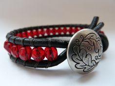 náramek kombinovaný ... červený náramek vyrobený z kulaté kůže v kombinaci s broušenými českými korálky a kovovým stříbrným knoflíkem náramek je velice odolný, korálky jsou našité vysoce zátěžovou pevnou nití, takže se určitě nepřetrhne! je nožný vyrobit dle přání v jakékoli barvě, jak kůže tak korálků náramek je dlouhý od knoflíku po smyčku 17,5 cm, ...