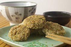 Polpettine di fiocchi di riso e alga Nori con semi di sesamo al wasabi e maionese al tè Matcha