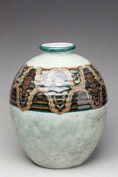 LIMOGES THARAUD Camille (1878-1956) Grand vase « Genêt », porcelaine à décor d'un bandeau d'émaux bruns sur fond vert pale, marques situées à partir de 1943, monogramme SP gravé, H.28 cm.