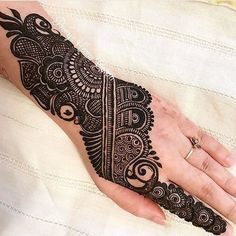 We have Arabic new mehndi designs plane for you. The simple Arabian mehndi design is for beginners. Henna Hand Designs, Mehndi Designs Finger, Peacock Mehndi Designs, Mehndi Designs For Girls, Mehndi Designs For Beginners, Modern Mehndi Designs, Mehndi Designs For Fingers, Wedding Mehndi Designs, Mehndi Design Pictures