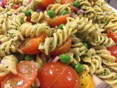 Pastasalat med pesto, ærter, svampe, rødløg og cherrytomater