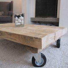 Stoere houten salontafel op wielen gemaakt van oude balken!