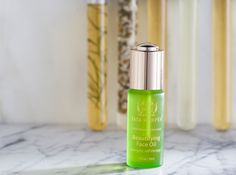 Lightweight, softening and fast-absorbing face oil to energize and revitalize the look of the skin.