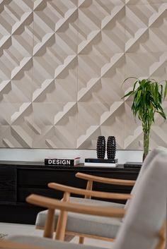 O design das formas torna a linha Matrice uma opção tridimensional. Um belo jogo de imagens em alto relevo que formam um painel único, valorizado pelo uso de iluminação pontual. Ambientes leves, únicos e inspiradores, como este, projetado pela arquiteta Marcella Leite.
