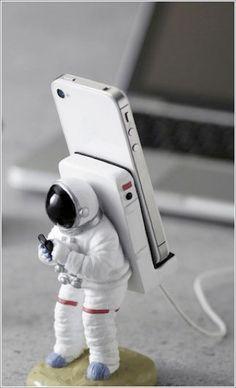 El soporte de móvil definitivo para espaciotrastornados. Astronauta llama a casa