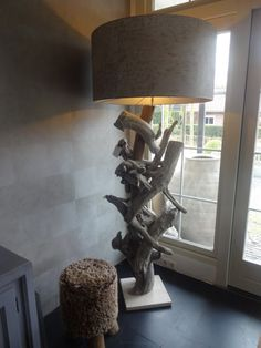 Het Moonhuis: behang van Elitis, bijzonder van kwaliteit en geeft een luxe uitstraling aan de ruimte. Op deze muur, behang Natives, het is een vinylbehang met dierenmotief, het voelt bijna aan als een echte huid, ponyskin. Lamp van Bleu Nature.