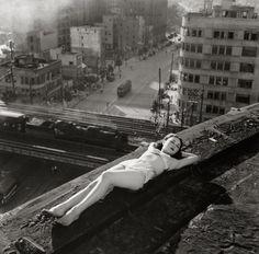 Tadahiko Hayashi, Danseuse sur un toit, Nichigeki Theatre, Yurakucho, 1947. 横たわる踊り子(有楽町・日劇屋上・昭和22年)