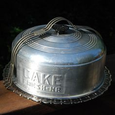 This aluminum cake carrier has a wonderful plate and is embossed with CAKE FRESH-NR on the side. Vintage Cake Plates, Vintage Tins, Vintage Dishes, Vintage Love, Vintage Antiques, Retro Vintage, Vintage Cakes, Vintage Interiors, Vintage Stuff