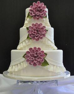 Torta nuziale con la frangia :-) Ruffled wedding cake with dahlias Elegant Wedding Cakes, Wedding Cakes With Flowers, Elegant Cakes, Beautiful Wedding Cakes, Gorgeous Cakes, Wedding Cake Designs, Pretty Cakes, Cute Cakes, Amazing Cakes