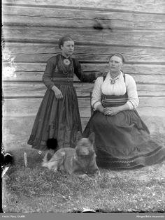DigitaltMuseum - Portrett av to kvinner i bunad fra Jondalen Telemarksbunad Antique Pictures, Old Photos, Vintage Photos, Folk Costume, Costumes, Thinking Day, Historical Photos, Fashion History, Traditional Dresses