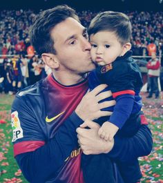 <3 oh my goodness Messi's boy is so adorable!