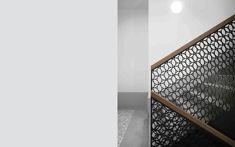 Beziehungsreicher Rahmen – Ornamentales Gitterwerk verleiht einem Ersatzneubau im Gründerzeit-Quartier eine zusätzliche ebenso spielerische wie sinnreiche Bedeutung. Dabei ist alles nur den Vorschriften geschuldet. Entrance Halls, Stairs, Home Decor, Architecture Interior Design, New Construction, Architects, Stairways, Frame, Stairway