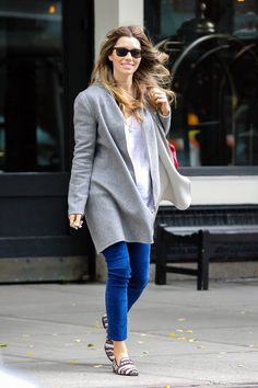 Jessica Biel's Maternity Style - ideas to achieve her laid-back, layered look! #maternity #style